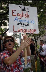 """Gustoso slogan della Signora che invoca che l'inglese sia quello americano, """"Fai dell'inglese d'America la lingua ufficiale"""""""