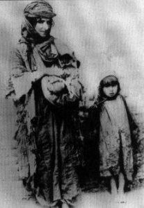 Genocidio armeno: madre con figli