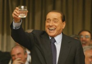 Silvio Berlusconi, in una piccola pausa durante i duri impegni di lavoro