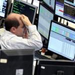 Broker che piange mentre i suoi investimento sfumano