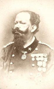 Immagine di Vittorio Emanuele II, descritto come basso, tracagnotto e sanguigno.