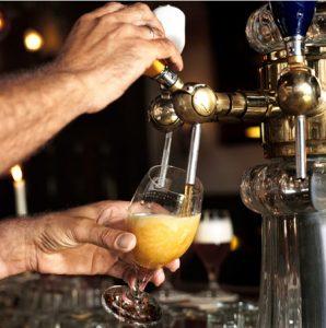 Spillatura di un bicchiere di birra. Immagine di surfstyle, da Flickr