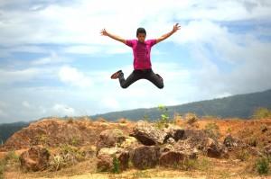Immagine di un ragazzo che salta: tanto per ritornare alle radici etimologiche della nostra parola...